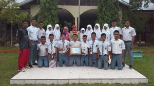 siswa-siswi SMA 2 yang mengharumkan nama kota pariaman didapingingi guru pembimbing