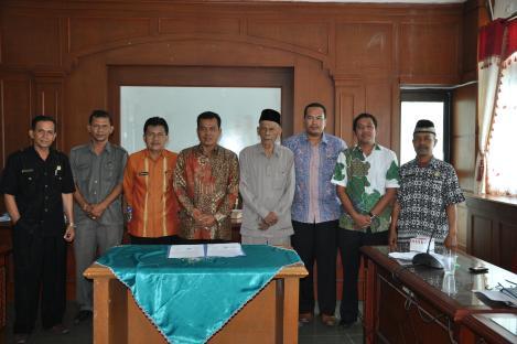 wako pariaman drs. H. Mukhlis, R, MM berfoto bersama setelah melakukan penandatanganan penyerahan tanah pasie maelo dari masyarakat koto pauh kepada pemko pariaman